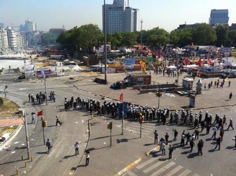 09.55 Μετά τα τελευταία χημικά η γραμμή τς αστυνομίας πιο κοντά στο Γκεζί.Οι διαδηλωτές υποχώρησαν στο Γκεζί