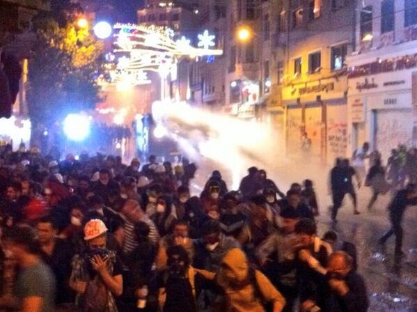 22.35 Επέμβαση με οχήματα αστυνομίας με νερό στην οδό Ιστικλάλ