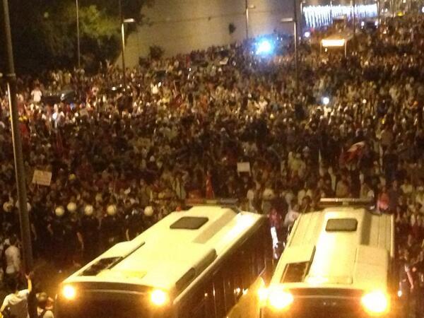 Κόσμος πολύς ακόμα περιμένει να περάσει ευρωπαϊκή πλευρά Κωνπολης.