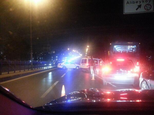 Οι μπάτσοι απέκλεισαν την πρόσβαση στη γέφυρα Unkapani που οδηγεί στην Taksim