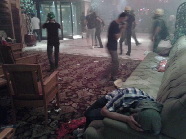 Φωτογραφία απ' τη δεύτερη επίθεση στο ξενοδοχείο Ντιβάν. ΣΟΚ.