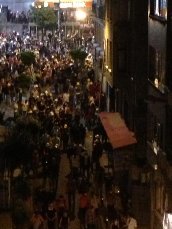 Χάρμπιγε τώρα συγκρούσεις κ δακρυγόνα...χιλιάδες φωνάζουν συνθήματα κατα κυβέρνησης