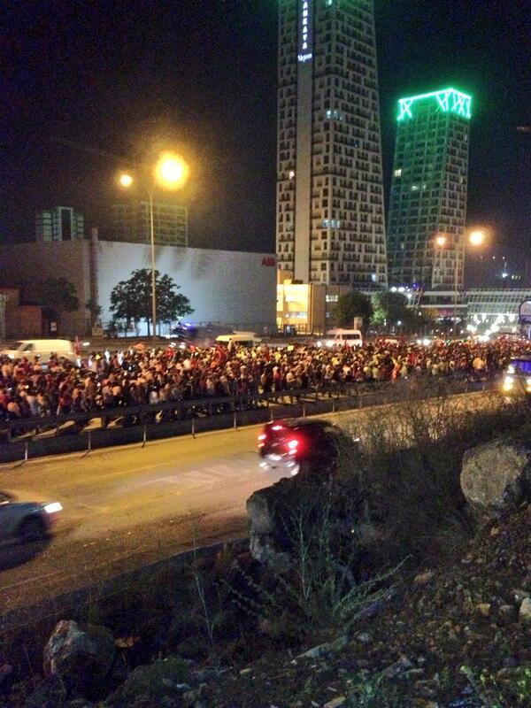 Χιλιάδες αυτή την στιγμή πορεύονται προς την  Taksim