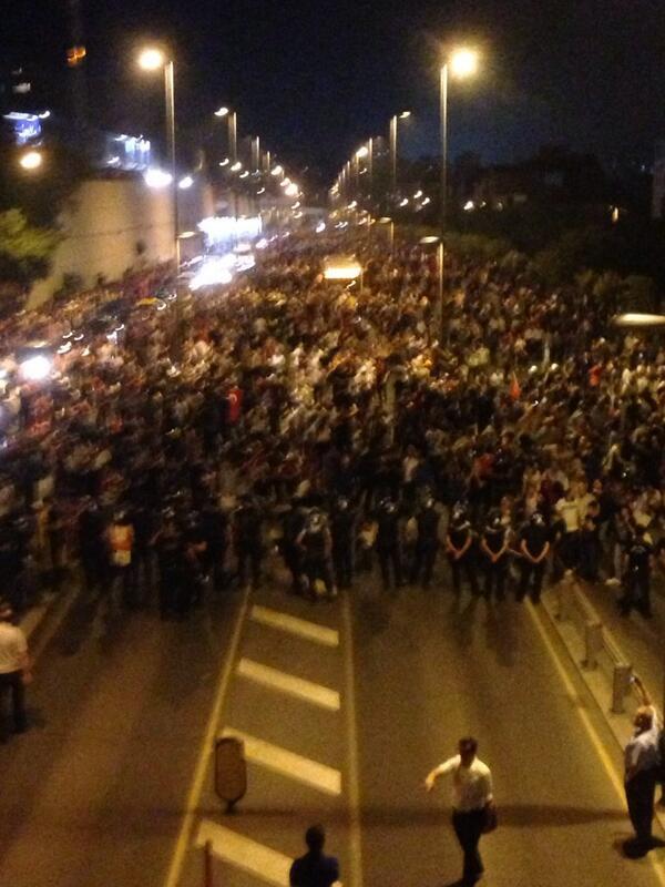 Χιλιάδες κόσμου φτάνει σε λίγο στην Taksim